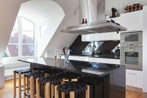 Черно-белый минимализм и огромное окно-дормер