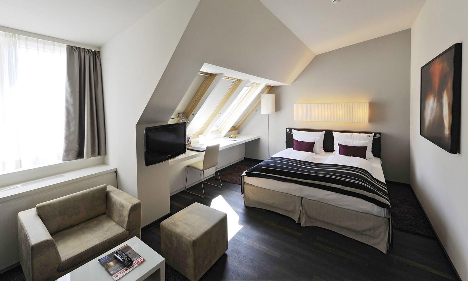 Уютная рабочая зона в спальне