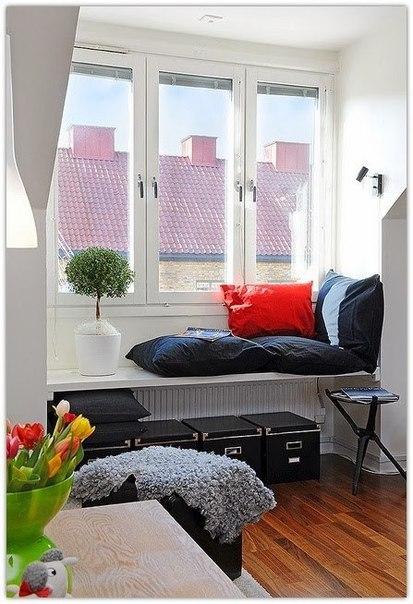 Скамья с подушками – уютное место для чтения или чаепития