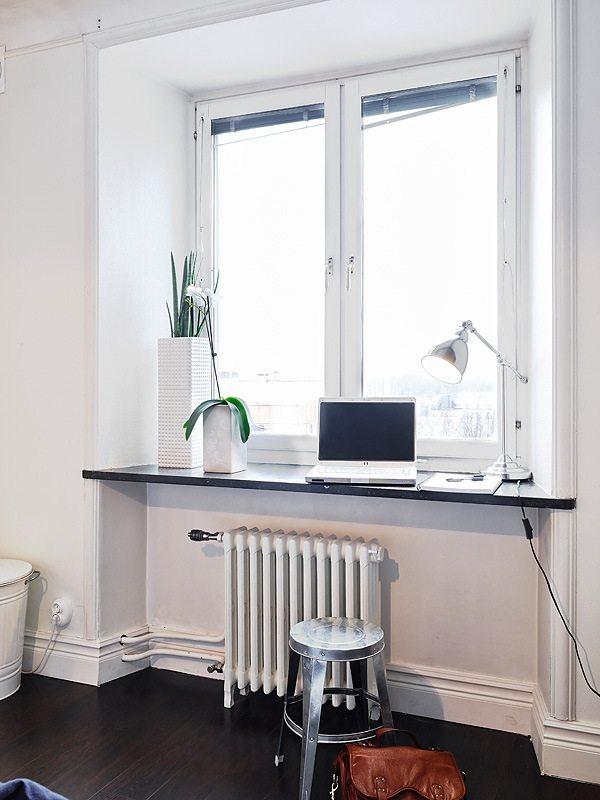 Подоконник-стол – удачное решение для маленьких помещений