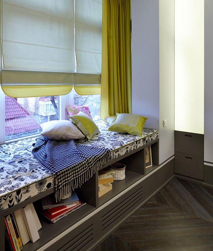 Уютный диван и стеллаж для ваших книг
