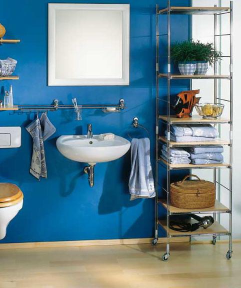 Комфортности ванной добавляют удобные стеллажи