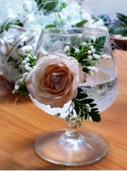 Цветы - один из способов украсить праздничный стол