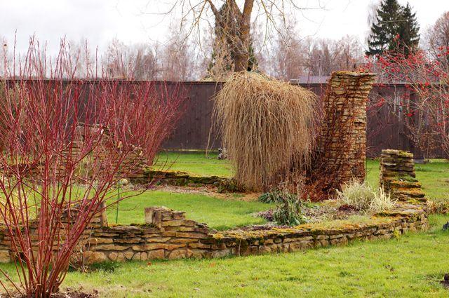 """Руины"" в саду"