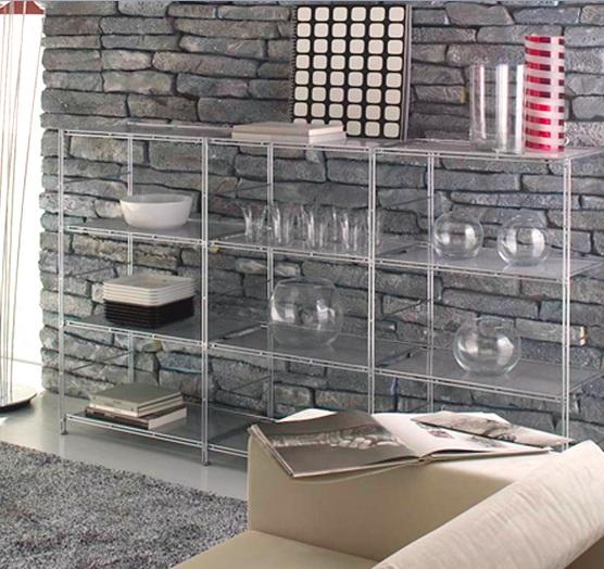 Привлекательное сочетание изящной мебели и каменной отделки стен