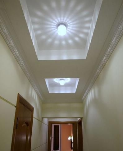 дизайн потолка узкого коридора и освещение