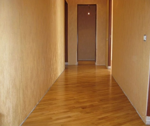 отдела пола узкого коридора ламинатом - вариант укладки