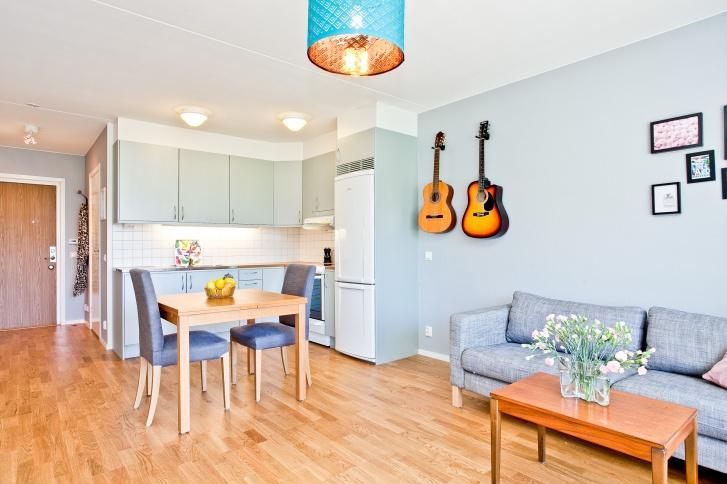 Фото интерьера квартиры студии в жизнерадостном голубом