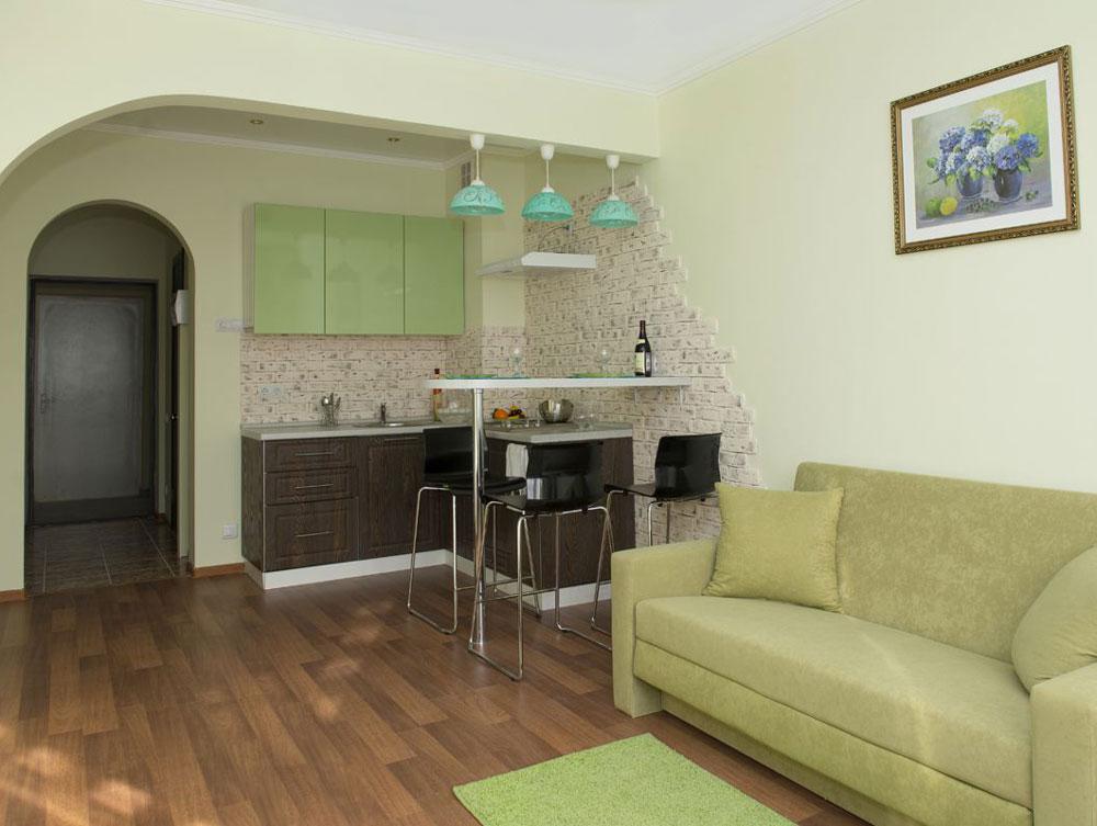 Вариант оформления стены для разделение зоны кухни и гостиной