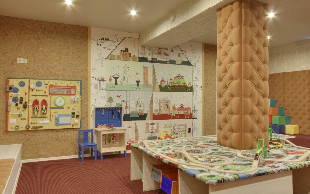 Стенды и макет дороги в игровой комнате
