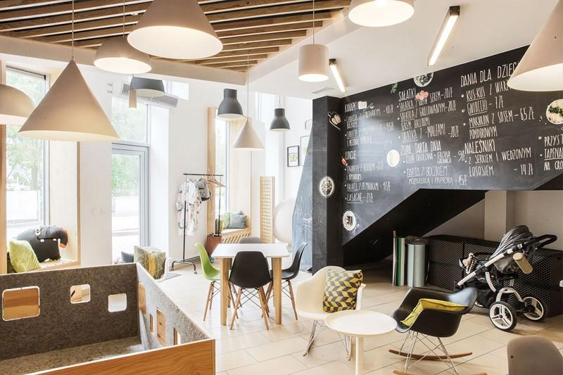 Грифельная стена для написания меню и рисования, а также интересная деталь – кресло-качалка