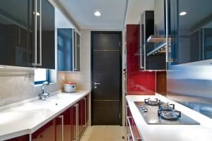 Дизайн узкой кухни в красном и черном цвете