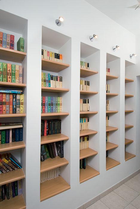 Вертикальные ниши – эргономичный способ для хранения книг