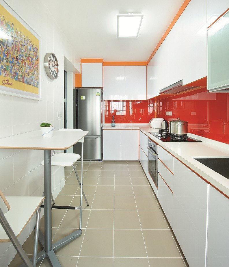 Угловое расположение гарнитура и небольшой столик у свободной стены