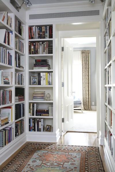 Книжные шкафы, занимающие все пространство вокруг дверей