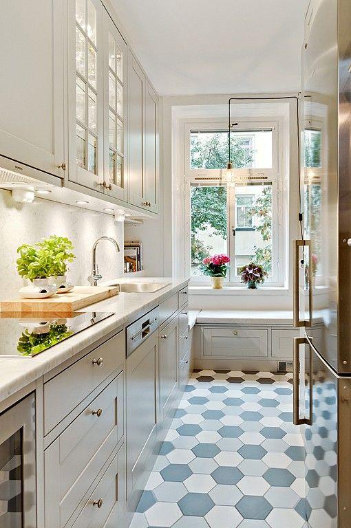 Расположение кухни с одной стороны и диванчик под окном