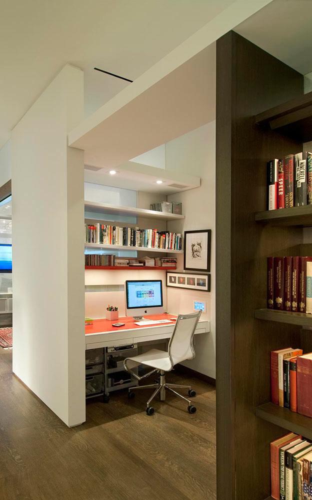 Компактный офис также способен поместиться в нише коридора