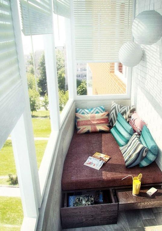 Многофункциональная мебель: и книжку можно на ней почитать, и есть куда ту самую книжку спрятать, и столик выдвижной имеется