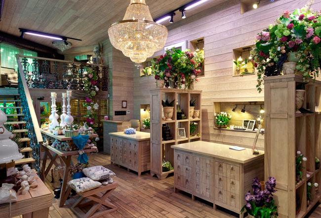 Эклектичный дизайн — хороший фон для букетов, аксессуаров и комнатных растений