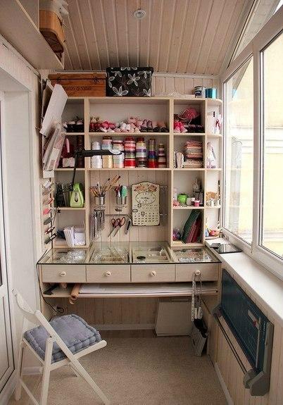 В лоджии можно установить бюро для экономии пространства