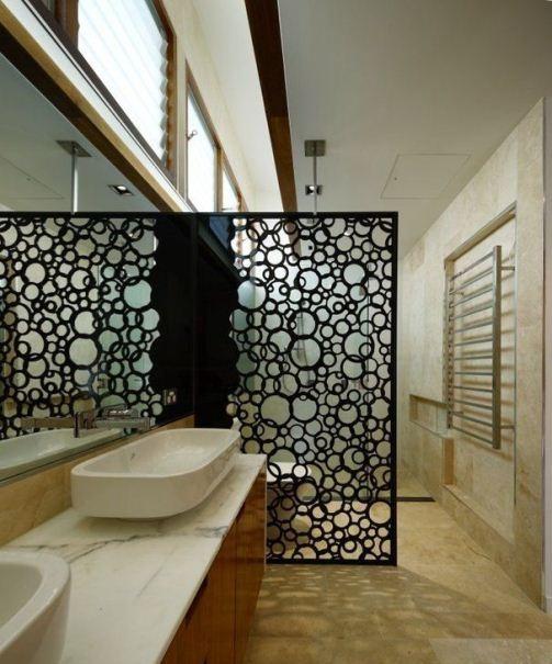 «Пузырчатый» декор из пластика идеально вписался в интерьер ванной комнаты