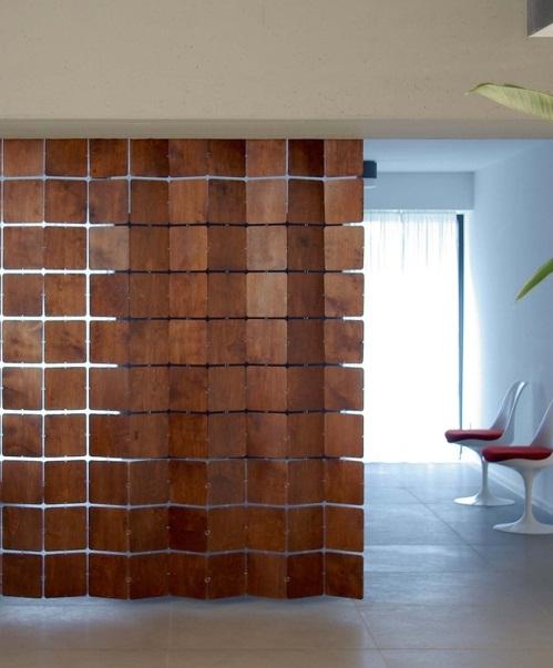 Креативная подвесная конструкция из деревянных плиток