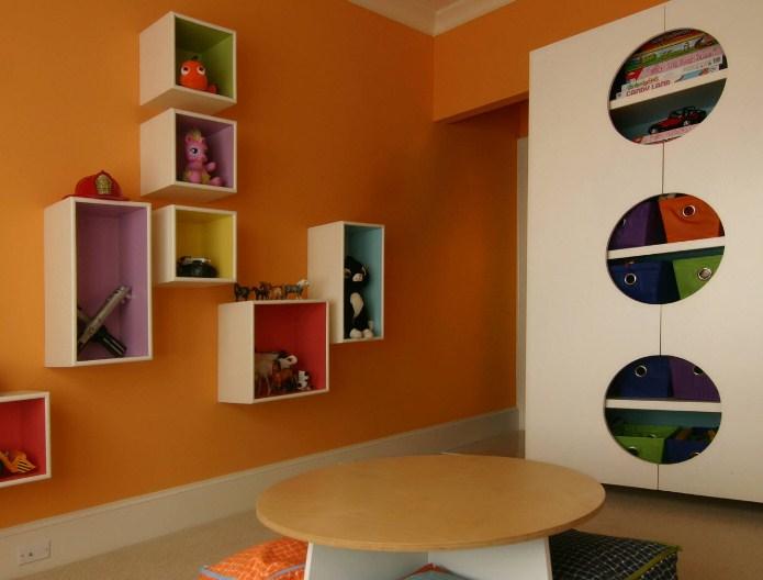 Оригинальный шкаф с большими отверстиями, чтобы игрушки были на виду