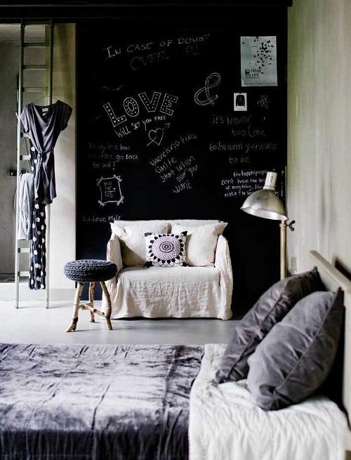 Стена для рисования мелом в спальне