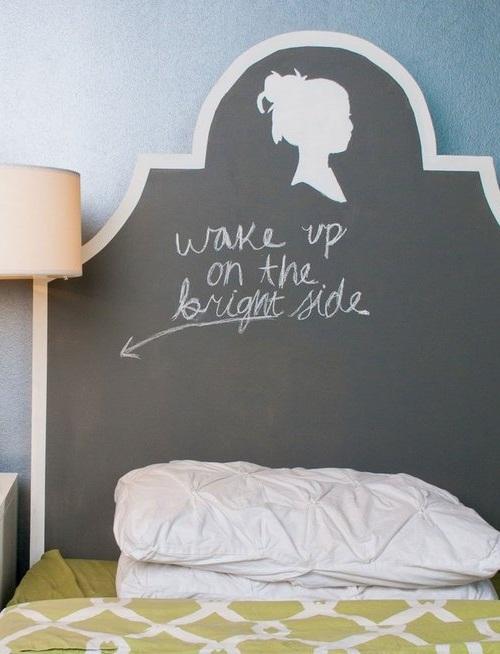 Оригинальный меловый декор на изголовье кровати