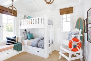 Стильный белоснежный интерьер в sea style с креслом, напоминающим спасательную вышку