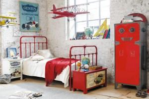 Винтажная кровать и тумбочка с сундуком – идеальное дополнение лофта