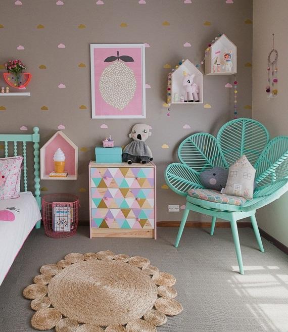 Необычное кресло и расписная тумбочка в детской комнате для девочки