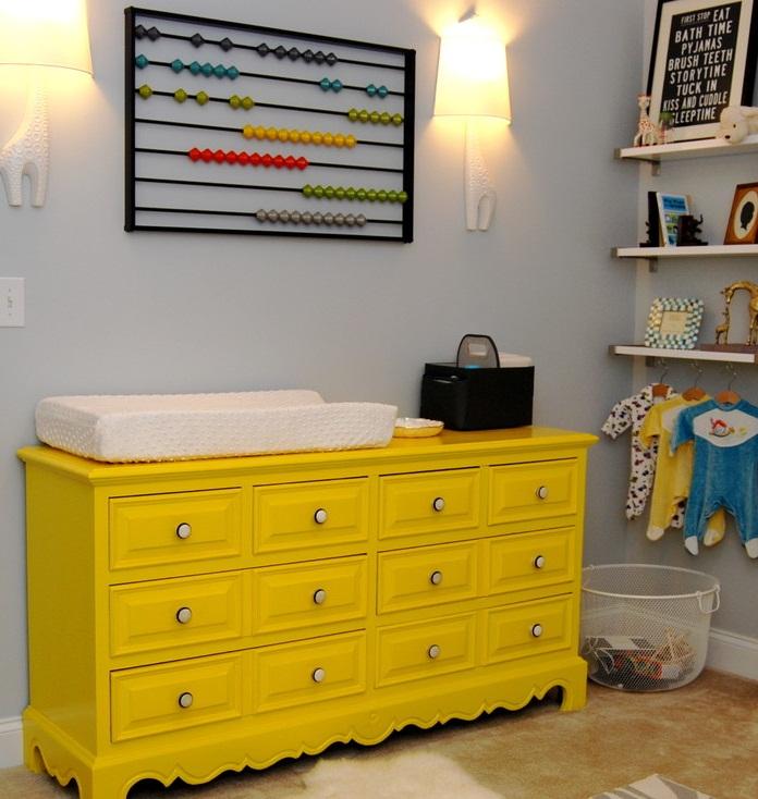 Ярко-желтый винтажный комод в комнате малыша